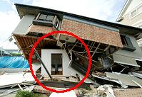 写真:建物倒壊時に形を維持するシェルター